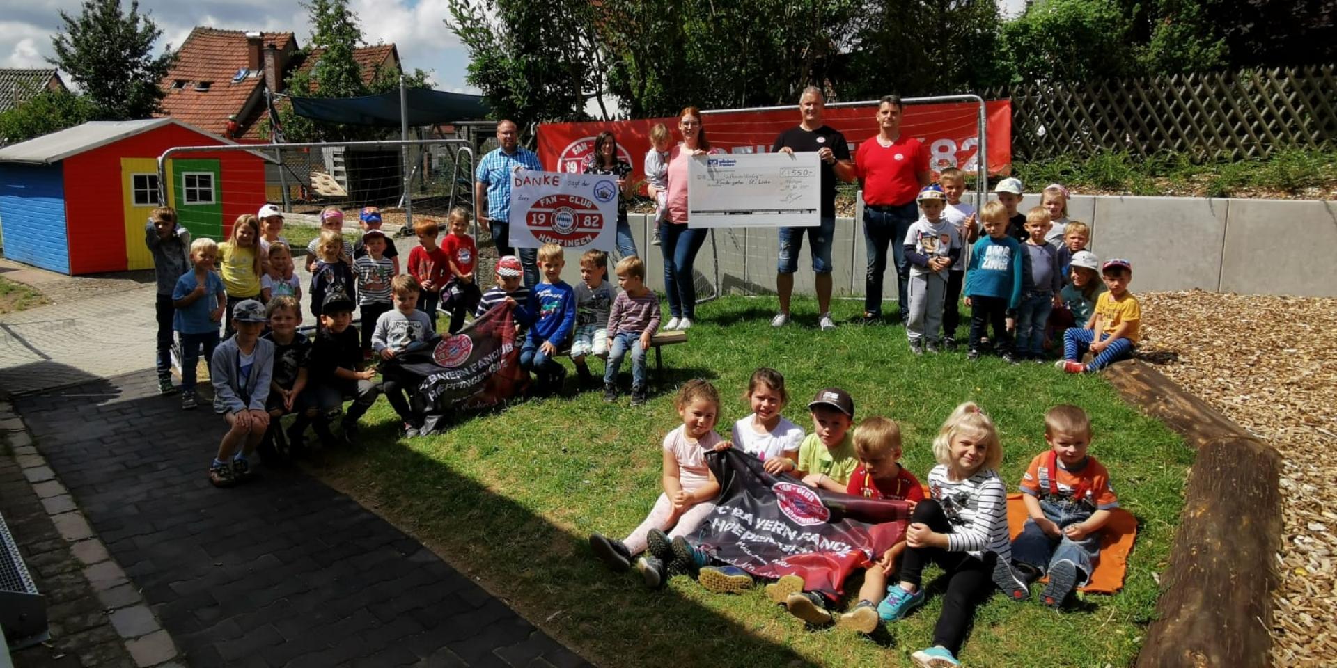 Spende des Bayern Fanclub Höpfingen an den Kindergarten St. Lioba